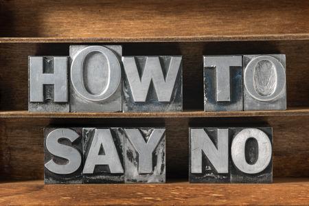 hoe je geen zin gemaakt van metalen letterzetseltype op houten dienblad zeggen Stockfoto