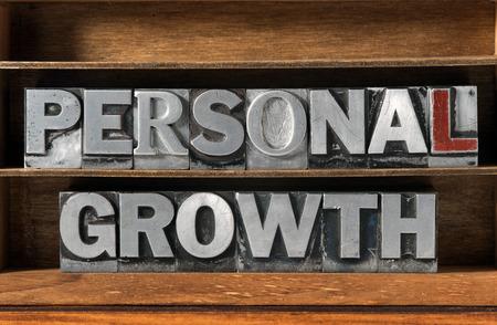superacion personal: frase crecimiento personal hecho con tipo de tipografía metálica sobre la bandeja de madera