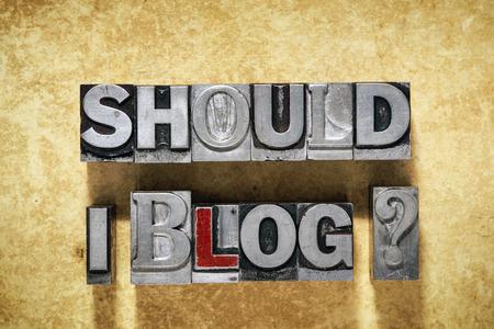 debo Blog cuestión a partir de tipo de tipografía metálica en el grunge de fondo de cartón Foto de archivo