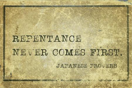 arrepentimiento: El arrepentimiento no es lo primero - antiguo proverbio japon�s impreso en cart�n de cosecha grunge