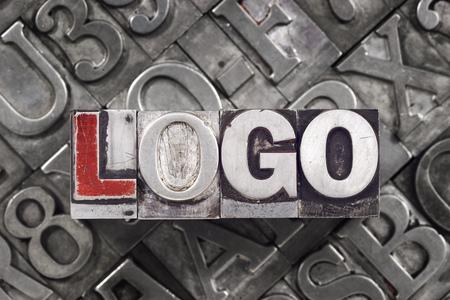 Logo-Konzept von metallischen Buchblöcke auf viele Briefe Hintergrund