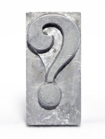interrogation de type métallique letterpress vue bloc avant isolé sur blanc