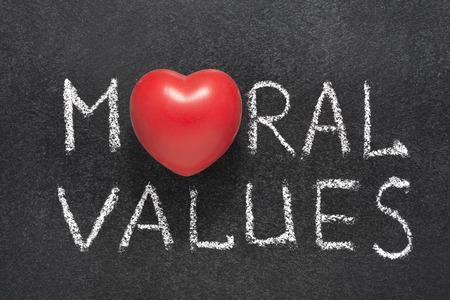 valores morales: Los valores morales frase escrita a mano en la pizarra con el s�mbolo del coraz�n en lugar de O Foto de archivo