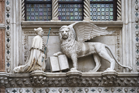 leon alado: escultura tradicional león con alas con el libro abierto de Venecia, Italia