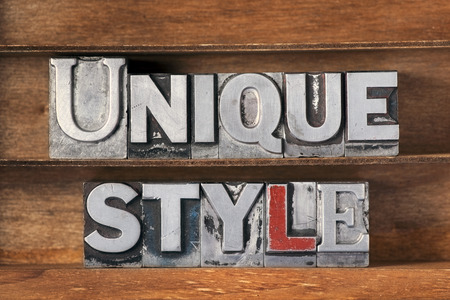 einzigartige Stilphrase aus metallischem Buchdruck auf Holztablett Standard-Bild