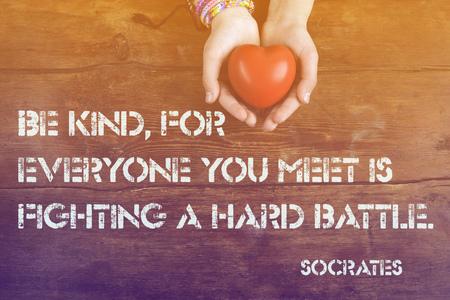 Seien Sie freundlich, für jeder, das Sie - antike griechische Philosoph Sokrates-Zitat auf Bild von hahds mit Herz gedruckt