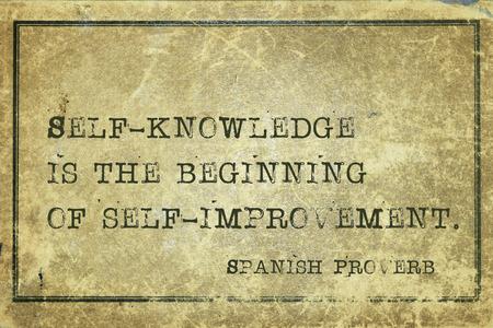 La connaissance de soi est le commencement de - ancien proverbe espagnol imprimé sur carton grunge cru