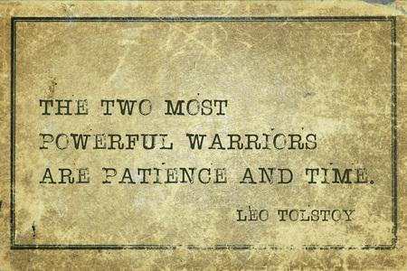 paciencia: Los dos guerreros m�s poderosos son la paciencia y el tiempo - famoso escritor ruso Le�n Tolstoi cotizaci�n impreso en cart�n de cosecha grunge