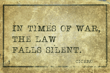derecho romano: En tiempos de guerra, la ley se queda en silencio - antiguo fil�sofo romano Cicer�n cita impresa en cart�n de cosecha grunge Foto de archivo