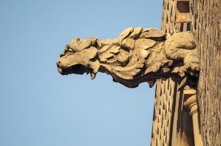 friso: detallada friso cabeza de león en la pared de la catedral de Barcelona