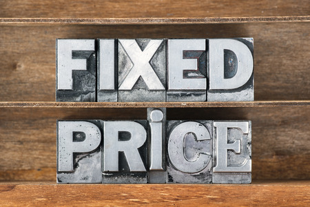 fixed: frase precio fijo hecha de metal tipo de tipografía en bandeja de madera