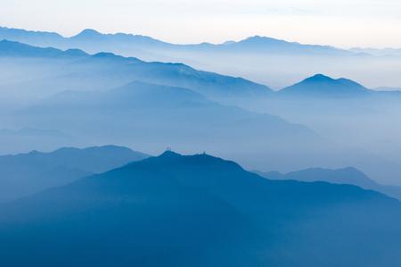 atmosfera: esc�nica atm�sfera de niebla por encima de las monta�as japonesas por la ma�ana temprano