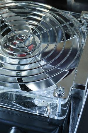 clavados: el enfriamiento del ventilador fragmento fija en el intercambiador de calor con el marco de la protección