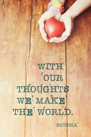 el mundo en tus manos: con nuestros pensamientos hacemos el mundo - cita de Buda famosa impresa en la imagen de la mano con el corazón