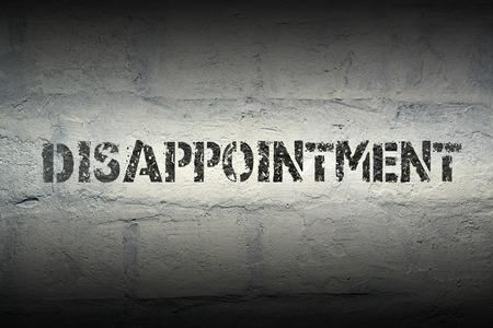 desilusion: patrón de impresión decepción en la pared de ladrillo blanco grunge