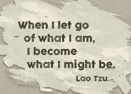 Wanneer ik loslaat wat ik ben - het oude citaat van de Chinese filosoof Lao Tzu die op geschilderde document achtergrond wordt gedrukt