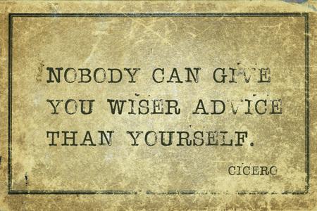 Niemand kan je wijzer raad geven dan jezelf - oude Romeinse filosoof Cicero citaat gedrukt op grunge vintage karton Stockfoto