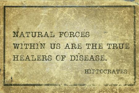 우리 안에 자연적인 힘이 질병의 진정한 치료자 - 유명한 고대 그리스의 의사 히포크라테스 견적은 그런 지 빈티지 골 판지에 인쇄 스톡 콘텐츠