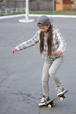 kind meisje buitenshuis studeren skateboard trucs