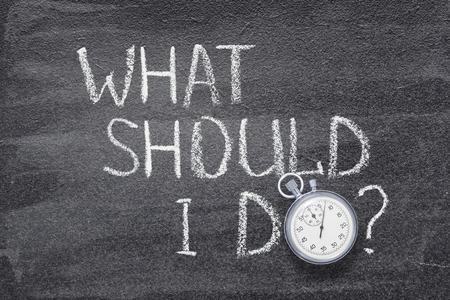 ¿Qué debo hacer la pregunta escrita en la pizarra con un cronómetro antiguo en lugar de O?