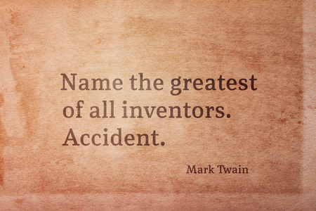 Name the greatest of all inventors. Accident - famous American writer Mark Twain quote printed on vintage grunge paper Foto de archivo - 108619053
