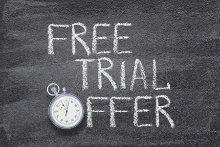 phrase d'offre d'essai gratuite écrite sur un tableau avec un chronomètre vintage utilisé au lieu de O Banque d'images