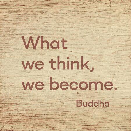 Was wir denken, werden wir - berühmtes Zitat von Gautama Buddha auf Grunge-Holzplatte gedruckt