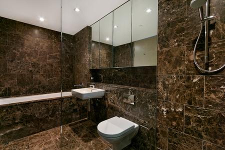 Salle de bain élégante et propre avec douche et baignoire