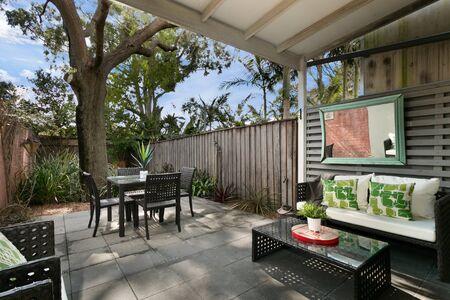 Patio trasero con asientos al aire libre y quincho con la familia. bonita casa