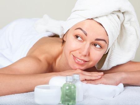 paz interior: Retrato de detalle de atractiva suave femenina disfrutando d�a de spa en sal�n de belleza de lujo armon�a medicina alternativa y concepto de paz interior Foto de archivo