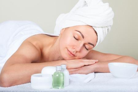 paz interior: Retrato de detalle de atractiva suave femenina disfrutando día de spa en salón de belleza de lujo armonía medicina alternativa y concepto de paz interior Foto de archivo