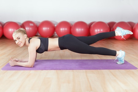 planking: young woman workout planking in the gym
