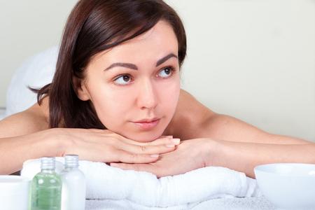 paz interior: Retrato de detalle de atractiva suave femenina disfrutando de spa de día en el salón de lujo de la belleza, la medicina alternativa, la armonía y el concepto de estilo