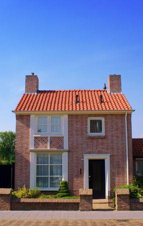 vista delantera de la pequeña casa acogedora