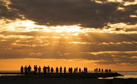 groep mensen genieten van de zonsondergang op het strand pirita, Tallinn