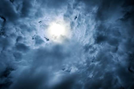 zware dramatische wolken, met zon stralend door Stockfoto
