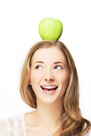 portret van positieve vrouw met appel op haar hoofd, over wit Stockfoto