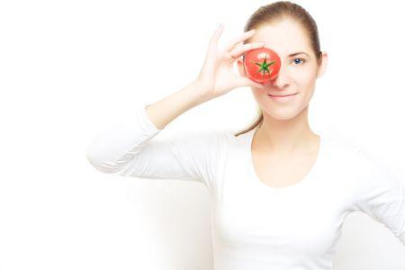 Portret van jonge vrolijke vrouw met tomaat