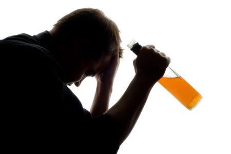 bebidas alcoh�licas: el hombre experimenta algunos problemas con el alcohol, dispar� conceptual  Foto de archivo