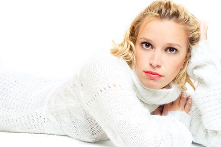 jonge vrouw in witte trui liggend op de vloer