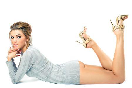 piernas con tacones: presentaci�n modelo hermosa joven, fondo blanco excesivo