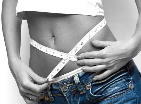 metro de medir: cerca de una mujer de medici�n de la cintura, b  w tonos