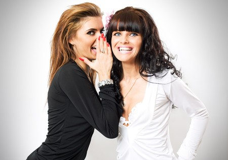 habladur�as: las mujeres j�venes comparten un secreto para su amigo