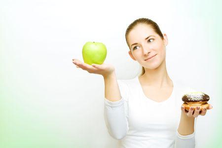 사과와 케이크 사이에서 선택, 일부 녹색 그림자 왼쪽 스톡 콘텐츠