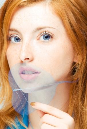 pelirrojas: cerca retrato de joven mujer pelirroja