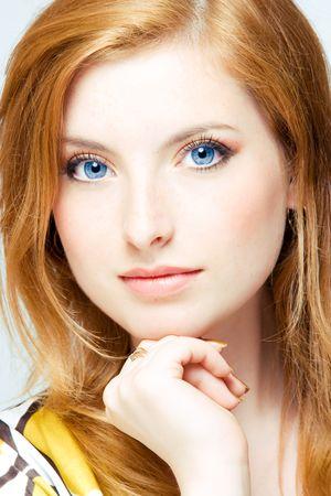 close-up studio shot van jonge mooie vrouw leeskop