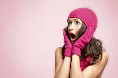 wow: mujer joven en accesorios de invierno mirando muy sorprendido   Foto de archivo