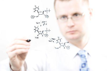 jonge chemicus schrijven van organische chemie reactie vergelijking, selectieve aandacht  Stockfoto