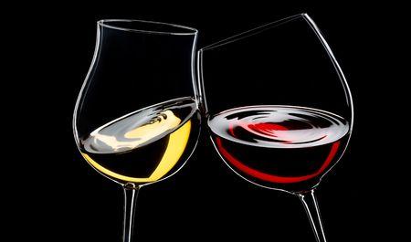 rode en witte wijn glazen, geïsoleerd via zwart Stockfoto
