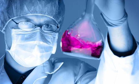 과학자는 그의 화학 실험실 연구, 선택적 토닝을하고있다.